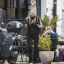 Kate Moss – Lunch with friends out in London's Notting Hill - 454 x 493