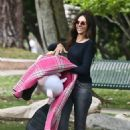 Terri Seymour with her daughter Coco at a park in Beverly Hills - 454 x 681