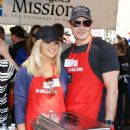 Donna D'Errico – Los Angeles Mission Thanksgiving Meal for the Homeless - 454 x 575