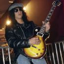 Slash poses with a Gibson Les Paul Slash signature series guitar at the Gibson booth at the Las Vegas Convention Center during the 2007 International Consumer Electronics Show January 10, 2007 in Las Vegas, Nevada - 370 x 594