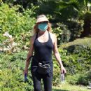 Goldie Hawn – Goue out for walk in Brentwood