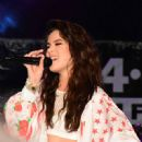 Hailee Steinfeld Performing at the Chum FM Breakfast in Barbados April 14, 2016 - 454 x 451