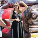 Alicia Silverstone at the farmer's market in Studio City, California on August 28, 2016 - 410 x 600