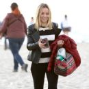 Kristen Bell – Films a scene for the show 'Veronica Mars' on Hermosa Beach - 454 x 681