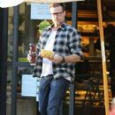 Tori Spelling and Dean McDermott stop by Gelson's Market for some coffee and some fruit in Encino, California on December 29, 2014 - 409 x 594