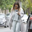 Jessica Alba – Picks up coffee in Beverly Hills
