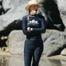 Helen Hunt - Bikini candids and surfing in Hawaii 2007-08-01