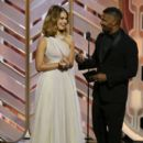 Lily James and Jamie Foxx At The 73rd Golden Globe Awards (2016) - 400 x 600
