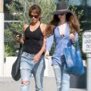 Halle Berry in Jeans Grabs Lunch in Los Angeles - 454 x 605
