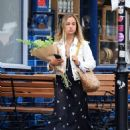 Amelia Windsor – Pictured with bouquet of flowers while out in London - 454 x 599