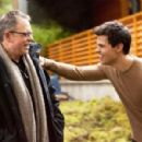 Taylor and director Bill Condon on the set of Breaking Dawn Part 2 - 454 x 299