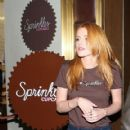 Bella Thorne works a shift at Sprinkles Cupcakes at The Grove in Los Angeles, California on December 18, 2014 - 419 x 594