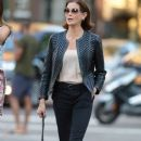 Teri Hatcher goes for a walk with her daughter Emerson Tenney on August 14, 2015 in New York City - 383 x 600