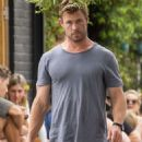 Chris Hemsworth and Elsa Pataky – Spotted going barefoot for breakfast in Byron Bay - 454 x 718