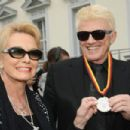 Heino Kramm hold an Medal with his wife hannelore