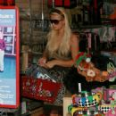 Paris Hilton - Shopping For Her Private Zoo At Petco In West Hollywood, Nov 2006