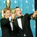 Matt Damon and Ben Affleck At The 70th Annual Academy Awards (1998) - Press Room - 454 x 369