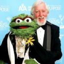 Caroll Spinney with Oscar the Grouch at the Daytime Emmys in 2007 - 300 x 430