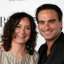 Sara Gilbert and Johnny Galecki - 454 x 379