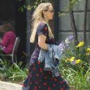 Elizabeth Berkley out for lunch in Brentwood - 454 x 681