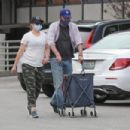 Alyson Hannigan – Grocery shopping in Los Angeles - 454 x 303