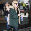 Sarah Michelle Gellar – Arriving at LAX Airport in Los Angeles - 454 x 681