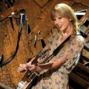 Taylor Swift takets center stage at 2012 Grammy Awards