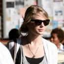 Taylor Swift Shopping In L.A. - 2009-01-17