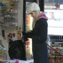 Beth Ostrosky - Stopping At A Newsstand In NY 28.12.07