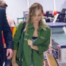 Margot Robbie Travel Outfit – JFK Airport in NY 10/2/2016