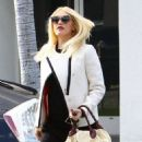 Gwen Stefani meets her No Doubt bandmate Tony Ashwin Kanal for lunch at Crossroards in Los Angeles, California on December 5, 2013 - 454 x 593