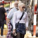 Gwen Stefani at the Pumpkin Patch in Los Angeles - 454 x 781