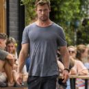 Chris Hemsworth and Elsa Pataky – Spotted going barefoot for breakfast in Byron Bay - 454 x 819