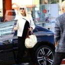 Gwen Stefani meets her No Doubt bandmate Tony Ashwin Kanal for lunch at Crossroards in Los Angeles, California on December 5, 2013 - 396 x 594