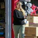Elizabeth Berkley – Shopping at Star Toys in Brentwood - 454 x 681