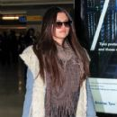Selena Gomez makes her way through the airport at JFK in New York City. January 18, 2012 - 415 x 594