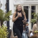 Kate Moss – Lunch with friends out in London's Notting Hill