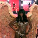 Oluchi Onweagba - Victoria's Secret Fashion Show, November 16 2006 - 454 x 398