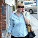 Reese Witherspoon: stopping by the Brentwood Country Mart for a bit of shopping in Brentwood