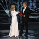 Faye Dunaway and Warren Beatty At The 89th Annual Academy Awards (2017) - 454 x 312