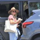 Hilary Duff – Going to the zoo in Los Angeles - 454 x 681