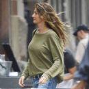 Gisele Bundchen in Jeans Out in New York - 454 x 550