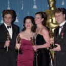 Benicio Del Toro, Marcia Gay Harden, Julia Roberts and Russell Crowe At The 73rd Annual Academy Awards - Press Room (2001) - 454 x 298