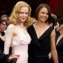 Nicole Kidman with sister, Antonia Kidman-Hawley At The 74th Annual Academy Awards (2002) - Arrivals - 454 x 590