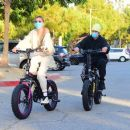 Hailey and Justin Bieber – Riding Electric Bikes in Los Angeles - 454 x 389