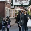 Kate Beckinsale - Candids In Westwood, 22.12.2007.