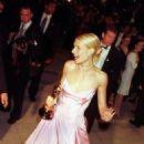 Pink Ralph Lauren´s dress of Gwyneth Paltrow in 71 Academy Awards in 1999 - 454 x 787
