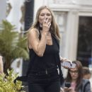Kate Moss – Lunch with friends out in London's Notting Hill - 454 x 490