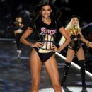 Kelly Gale – 2018 Victoria's Secret Fashion Show Runway in NY - 454 x 680
