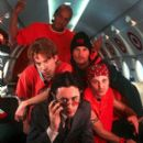 Manager Wyatt Frame (Alan Cumming) keeps a tight rein on boy band Du Jour. Clockwise from left: Travis (Seth Green), DJ D.J. (Donald Faison), Les (Alex Martin) and Marco (Breckin Meyer) in Universal's Josie and the Pussycats - 2001 - 261 x 400